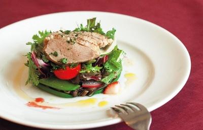 ひらみぱんの昼のコース(2800円)より、「自家製鴨ハムとキノコのサラダ仕立て」。彩りも美しいひと皿だ