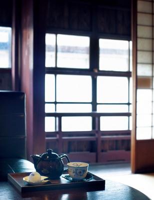 和雑貨の販売とカフェを営む凛凛。築100年の町家を利用した店内は、趣きのある空間が広がる