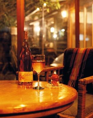 よふ葉は築90年の民家を改装した、隠れ家のようなバー。昭和レトロな店内で、贅沢な時間を過ごせる