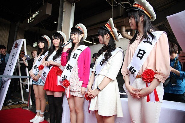 一日駅長に任命された声優たちが、列車の到着を前にファンに向けてホームで挨拶を行った。徳島を訪れたのは初めてのキャストが多く、新鮮な気持ちでイベントに臨んでいた