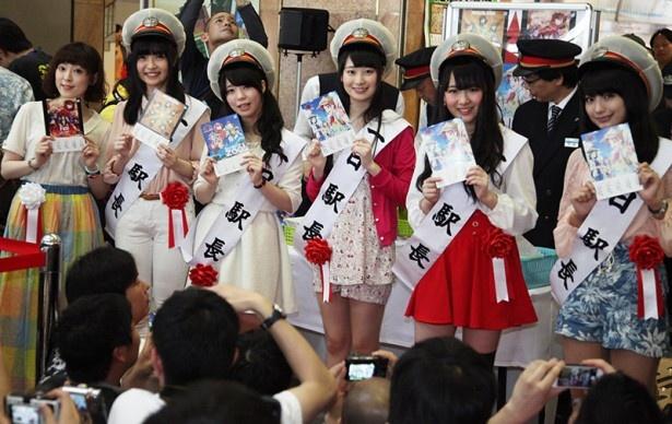 記念乗車券を手にポーズをとるキャスト陣。これから3日間、徳島の中心地で様々なイベントが行われる