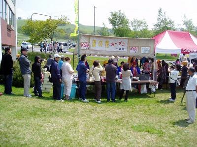 菜の花料理の露店も並ぶ(たきかわ菜の花まつり)