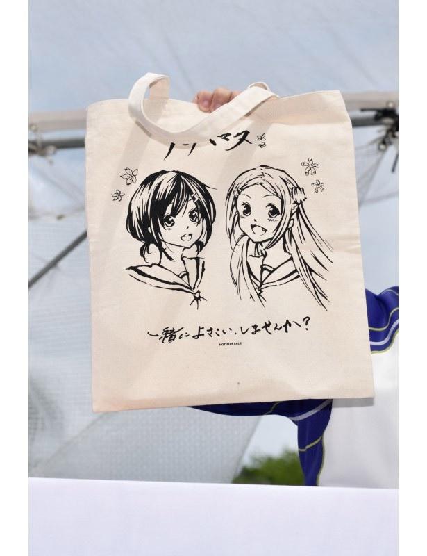 ステージ後に行われるお渡し会でプレゼントされるCD特典のトートバッグ。このイラストは、なんと上田麗奈の描き下ろし!