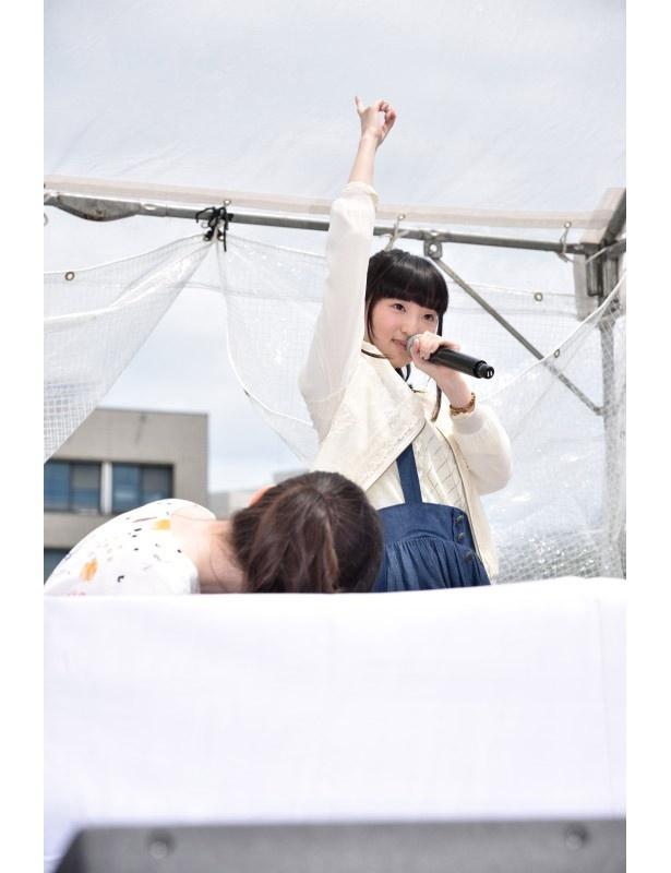 上田のリクエストに答えて、田中がキャラソンの決めポーズをビシッと披露!