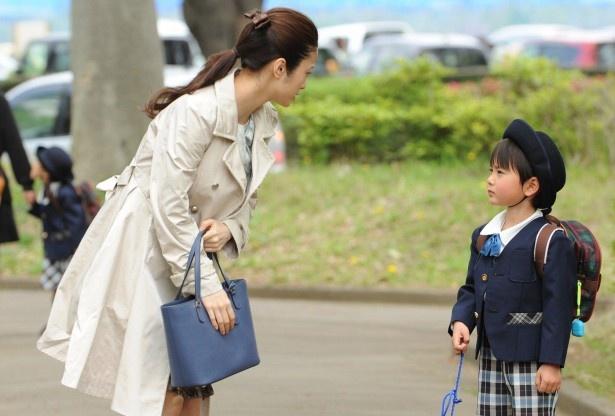 「アイムホーム」で主人公・久(木村拓哉)の妻・恵を演じる上戸彩、息子・良雄役の高橋來(写真左から)