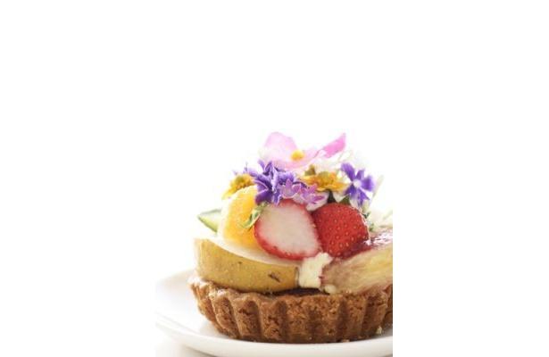 フルーツと花で彩られたケーキはこんなにおいしそう!