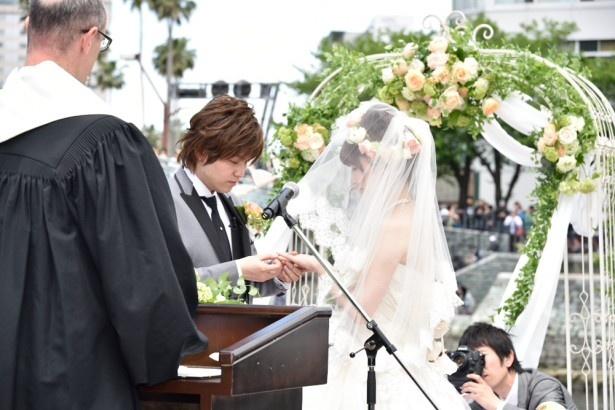司祭により祝福された指輪を交換し、お互いの指にはめる場面は、会場は静かに見守った
