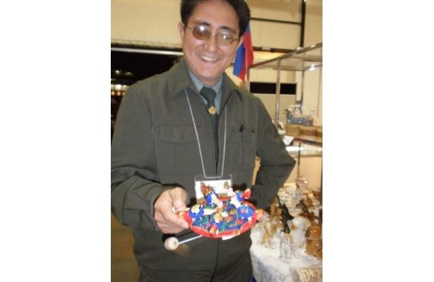 ワールドマーケット・ロシアの部にて。クローチカという木のおもちゃ¥1575を見せてくれたのは「ロシアンティ」の岩橋店長さん