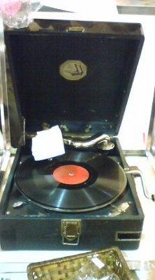 ソビエト時代の蓄音機。混雑時は収納されます、ご注意を。以上、ヤフー「ロシアンティ」で検索すると、お店情報がわかりますよ!