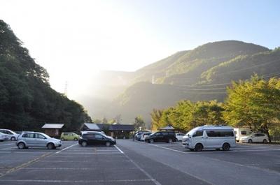 日本を代表する観光地、上高地(長野)の沢渡市営第二駐車場は、付近に温泉や足湯もあり贅沢な車中泊旅が味わえる