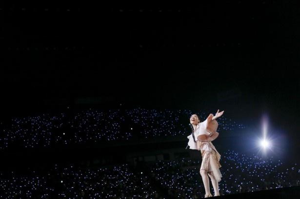 ステージから伸びる花道を進み、客席を満たしたファンへ歌を届けた