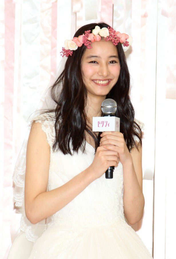 インタビューに答える新木優子。