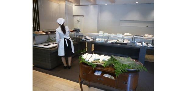 和菓子を販売する「萬年家」は落ち着いた雰囲気