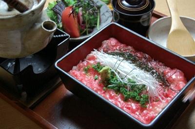 プロレスラー・武藤敬司の「麻布 武藤」では、「牛刺し飯 茶漬け出汁添え」(1680円)が必食!