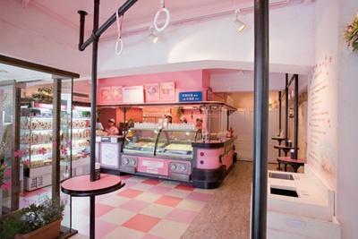 「花畑牧場カフェ 生キャラメル&アイスクリーム」の内装は、実際に十勝にあった駅、幸福駅行きのバスをイメージ