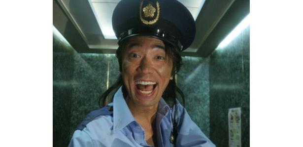 ユースケ・サンタマリアは、お調子者の警官役