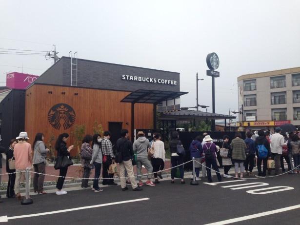 【写真を見る】7時の開店前には約1000人が列を作った