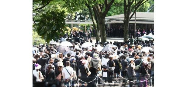 25度を超える暑さを、日傘や帽子でしのぐ人もいた