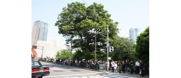 長く長くのびる列は、六本木まで続いた