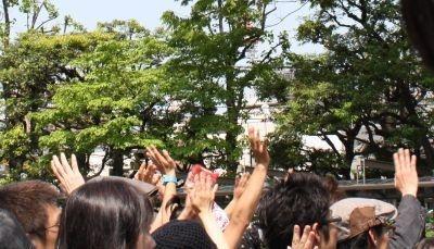 大竹しのぶさんなどに対し「来てくれてありがとう」など声をかけるファンの姿も