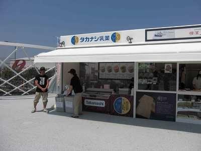 「本日はアイスの日で〜す!」と声をかけながら販売するスタッフ(写真2)