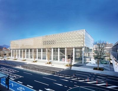 【写真を見る】世界的建築家・坂 茂氏が設計した大分県立美術館。大分伝統の竹工芸と現代的なモダン建築が組み合わされた建物