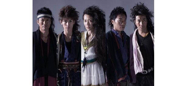 ワイルドなロン毛姿の三浦春馬(左から2番目)。共演には木村佳乃ら豪華キャストが集結