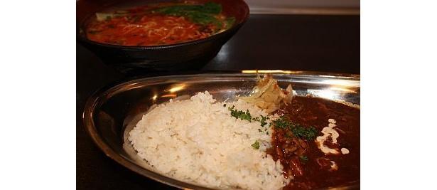 カレーと坦々麺が一緒に出てくる「坦々麺&カレー」(1200円)も