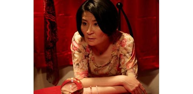 個性派女優・片桐はいりが4つの奇妙な物語に出演
