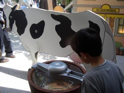 「横浜ものがたり」にあるアイス作り機。回してみよう♪