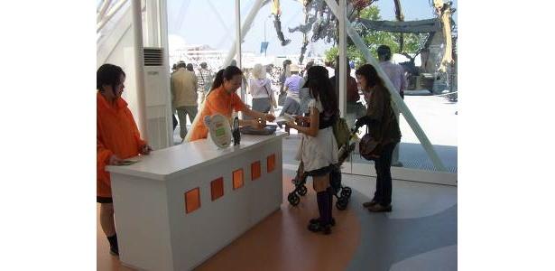 「ENEOS 未来のエネルギー館」入ってすぐ、お姉さんがスタンプラリーのカードをくれます