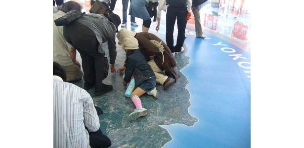 我が家を探せ! 「ENEOS 未来のエネルギー館」の地面には横浜市の地図が