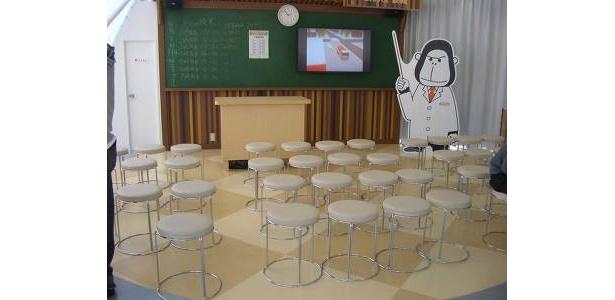 「ENEOS 未来のエネルギー館」の「エネゴリくん 森の学校」。黒板に開催時間があり