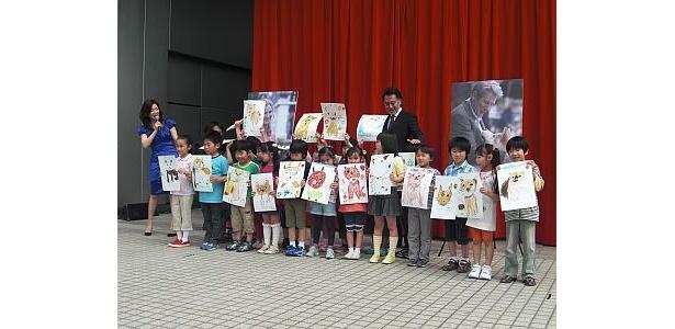 子供たちがかわいい「ハチ公」の絵を披露