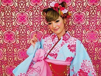 水色にピンクの花柄のゆかたは帯で印象が変わりそう(ゆかた・帯・下駄セット1万2800円)