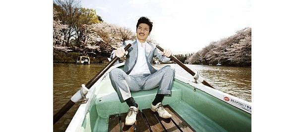 ボートをこぐ世界のナベアツが…(世界のナベアツ写真集より)