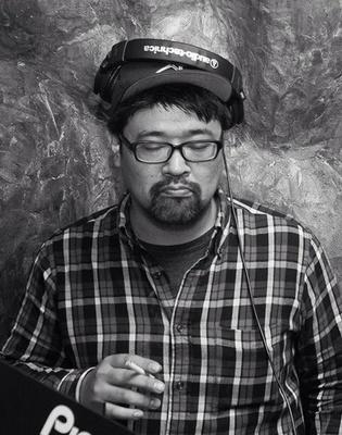 福岡のDJカフェ「STEREO」の店主・渡辺祐介さんが北海道初登場。RKBラジオ「ドリンクバー凡人会議」のパーソナリティとしても活躍する