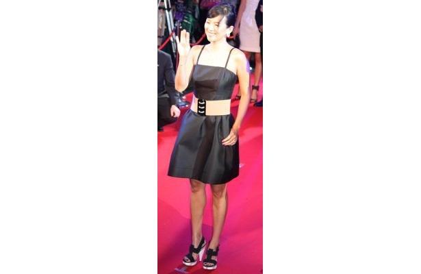 プレミアのゲストに、黒のドレスのチャン・ツィイーが登場