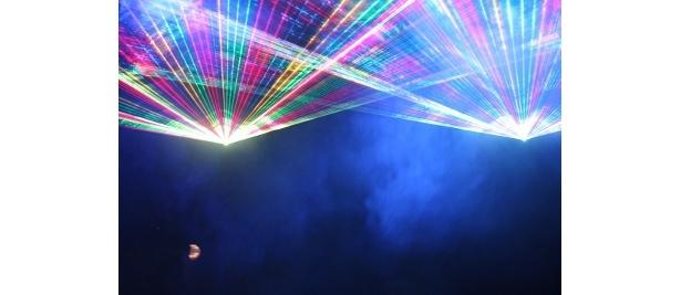 レーザービームが飛び交うなか、登場するUSSエンタープライズ号