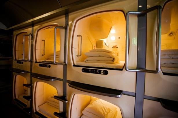 「2100年のビジネスホテル」とその未来性をうたったカプセル・イン大阪では、全410室のカプセルに加えて、さらに改良したワイドタイプのカプセルが並ぶ