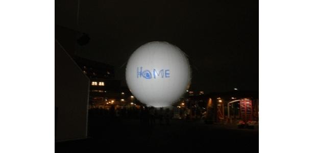「何やってんだか…」と千鳥足の酔客(=記者)を無言でみつめるアースバルーン「HOME」。21:10上映の回でした
