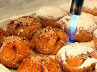 【写真を見る】ブリュレした焼き立て、炙り立てを提供するため、店内はオープンキッチンになっている