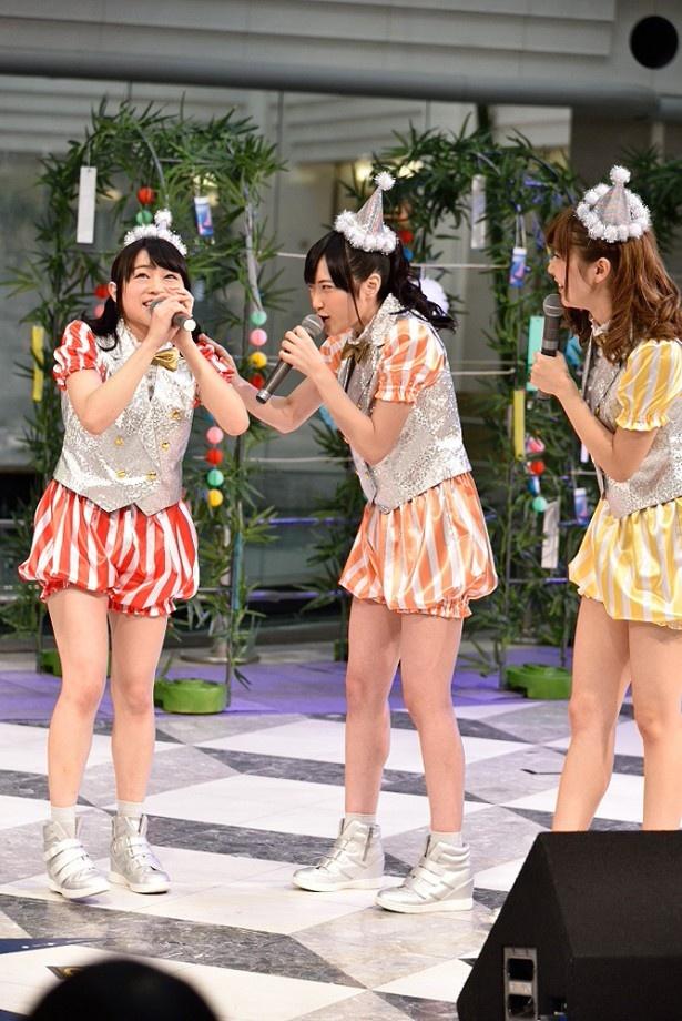 昼のイベントなのに「こんばんは」と挨拶してしまった若井さんは、メンバーからツッコミを受けるはめに……