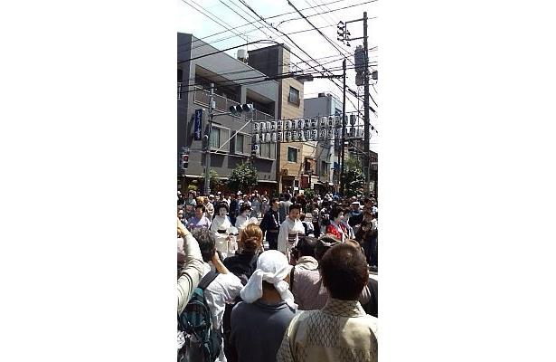 13:00からスタートの大行列には数多くの人が集まった