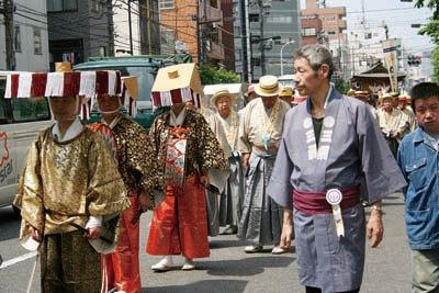 都の無形文化財「びんざさら舞」を街中で見られる