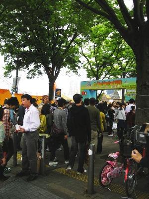 原宿駅から長く列が伸びた。タイ熱は止まらない?