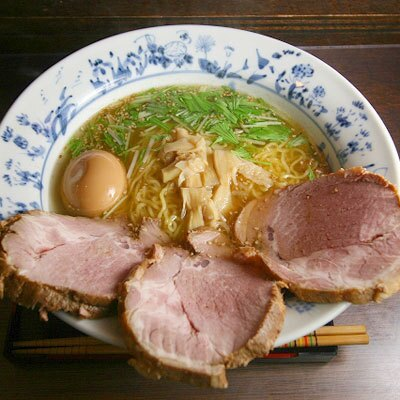【塩らーめん あいうえお】「チャーシューメン中盛味玉」(¥1350)。深みのある透き通った塩スープ。ジューシーで食べ応えのあるチャーシューがこれでもか!とのった逸品