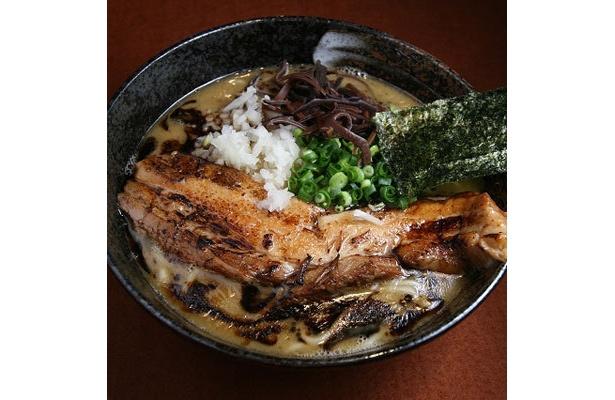 【炙り角煮らうめん 黒虎】「炙り角煮らうめん」(¥980)。器からはみ出しそうな豪快な炙り焼きのチャーシューがのる。香ばしさと食べ応え、両方を兼ね備えた一杯