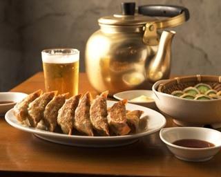 えびすの安兵衛の「焼餃子」(453円)と、おつまみに最適な「ちくきゅう」(378円)。生ビール4杯に相当する「やかんビール」(1620円)も名物!