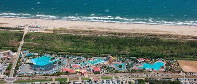 ビーチと一体となった「蓮沼ウォーターガーデン」。17のプールと5つのスライダーがある